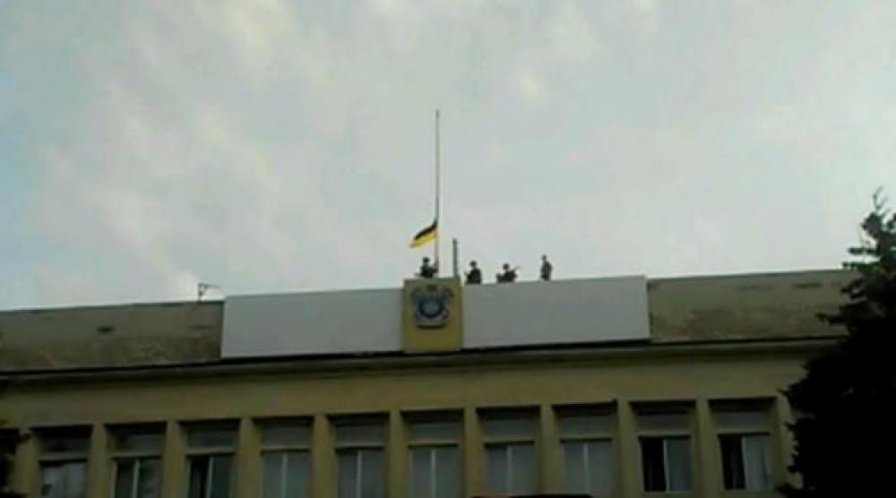 Флаг Украины над зданием городского совета Краматорска