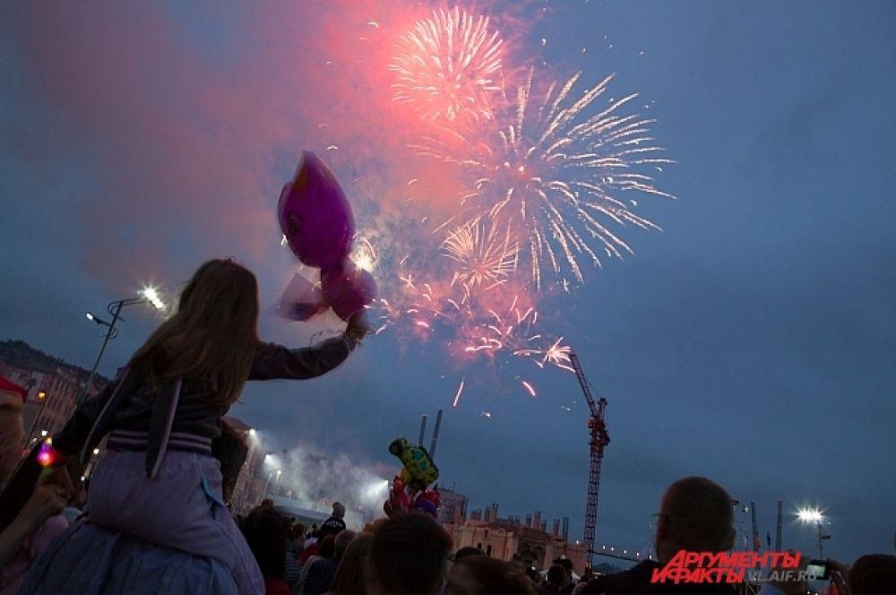 Завершением праздника стал фейерверк.