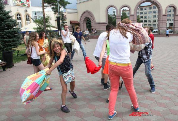Участникам было запрещено нападать на фотографов и усердствовать в схватках с девушками.