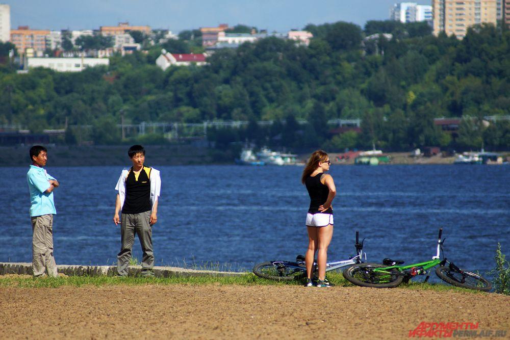 Многие приезжали на велосипедах на городской пляж.