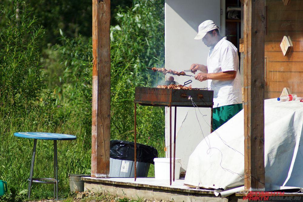 На верандах повара готовили аппетитные шашлыки.