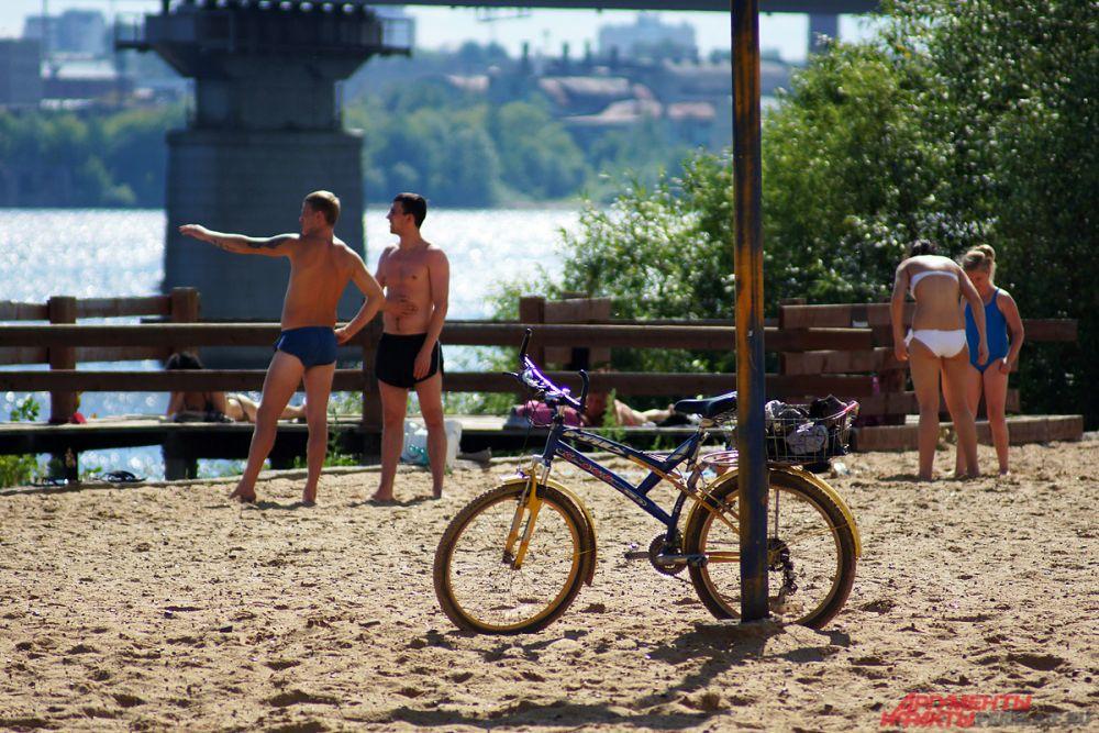 Велосипеды - типичное явление для городского пляжа в Перми.