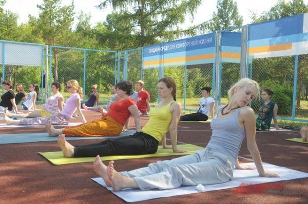 Занятия йогой в Советском парке.