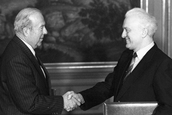 В 1985 году Шеварднадзе становится Министром иностранных дел СССР. Он выступает с лекциями в зарубежных университетах и набирает большую популярность на Западе. Министр подписывает важные соглашения с КНДР в 1986 году о разграничении экономической зоны и континентального шельфа, а также в 1987 году – с США о прекращении ядерных испытаний.