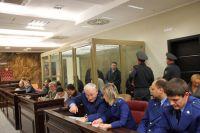 На скамье подсудимых — Сергей Цапок (в центре на втором плане) и предполагаемые члены банды «Цапковские».
