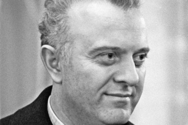 Эдуард Шеварднадзе родился 25 января 1928 года в Грузинской СССР, в селе Мамати в семье педагога. В 1946 году был заведующим отделом кадров и оргинструкторской работой Орджоникидзевского райкома комсомола в Тбилиси. Политик  окончил Тбилиский медицинский техникум и Кутаисский педагогический институт им. А. Цулукидзе.