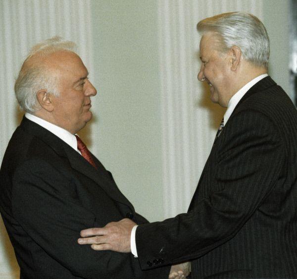 В 1992 году Шеварднадзе в Сочи подписал с президентом России Борисом Ельциным Соглашение о принципах мирного урегулирования грузино-осетинского конфликта, временно прекратившее его.