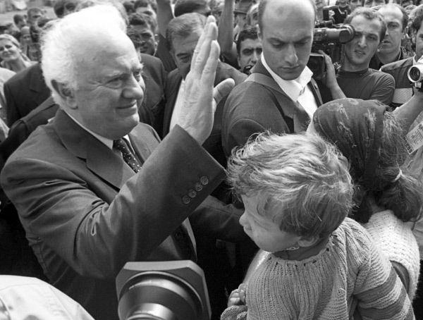 В 1995 году на президентских выборах в Грузии Шеварднадзе побеждает, набрав  72, 9 % голосов. В 2000 году политик переизбран на пост президента, получив 82 % голосов избирателей.