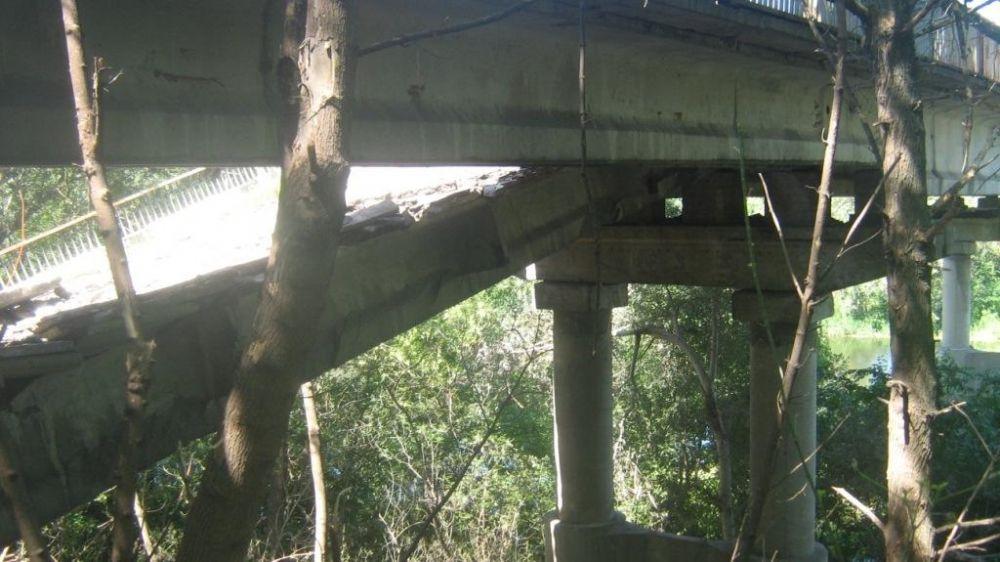 Разрушенный мост на автодороге Красный Лиман-Артемовск-Горловка