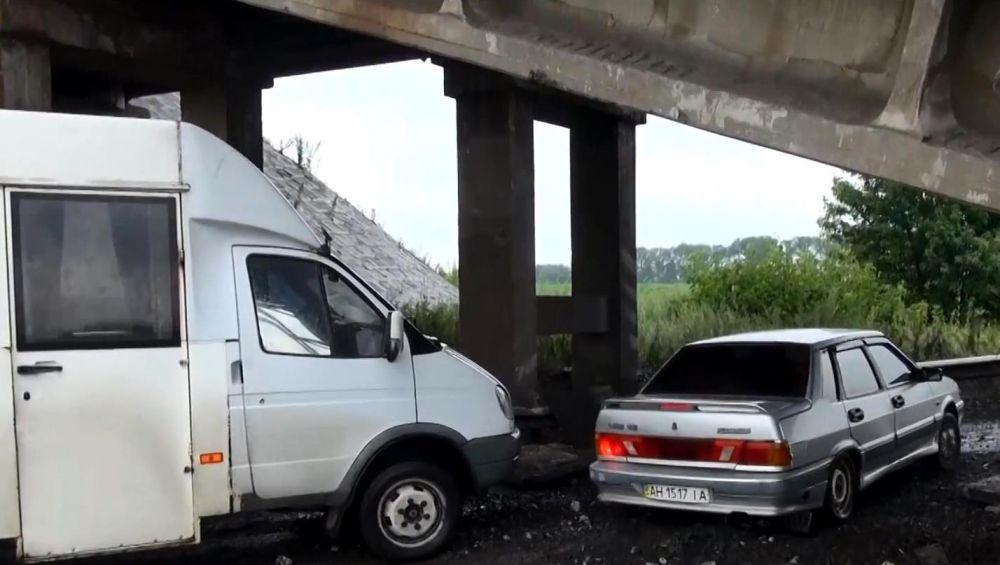 Последствия подрыва железнодорожного моста над трассой Славянск-Донецк.