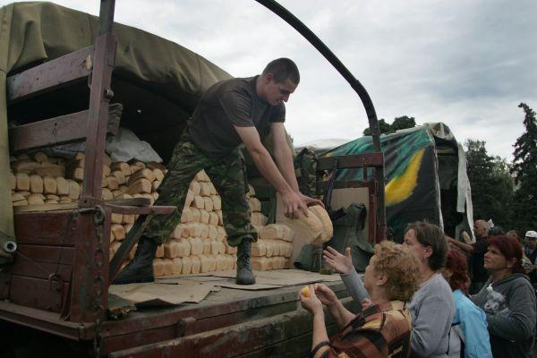 Очередь за хлебом в Славянске