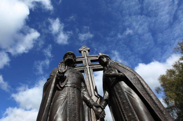 Памятник святым Петру и Февронии в Великом Новгороде.