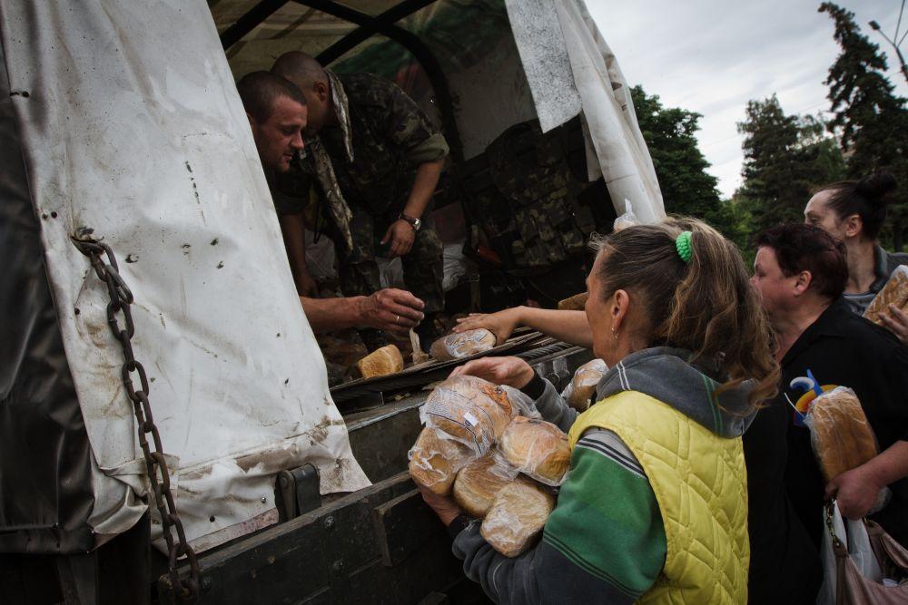 Очередь за продуктами в Славянске