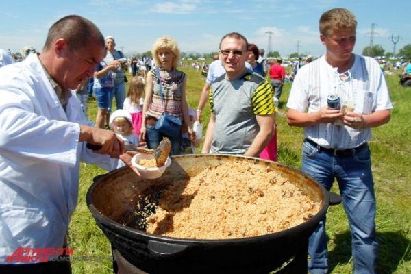 Для гостей праздника приготовили угощения из национальных блюд.
