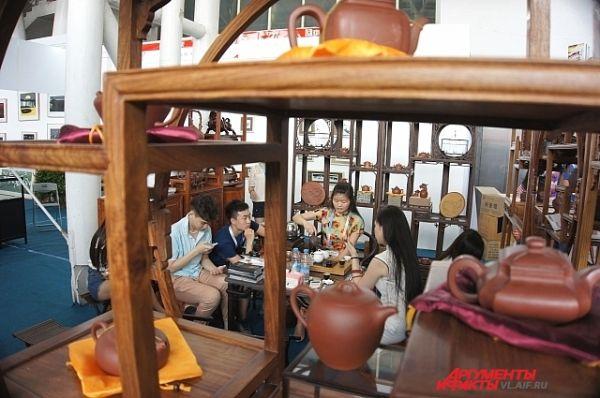 Перекус по-китайски: не отходя от стенда.