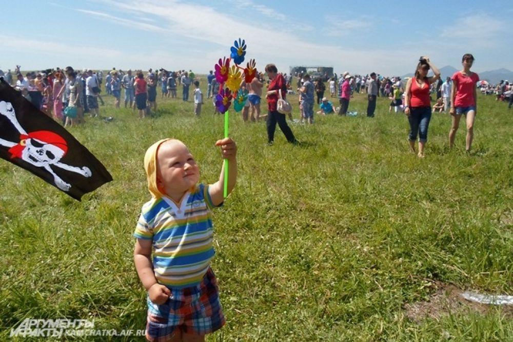 Пока мужчины соревновались, дети радовались хорошей погоде.