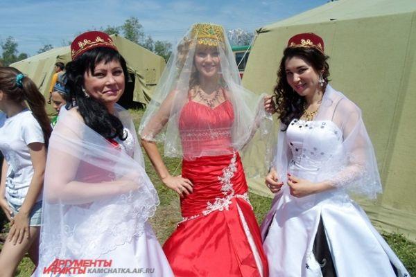 А женщины примеряли национальные костюмы.
