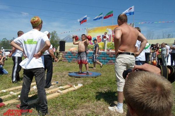 Мужчины активно участвовали в силовых конкурсах.