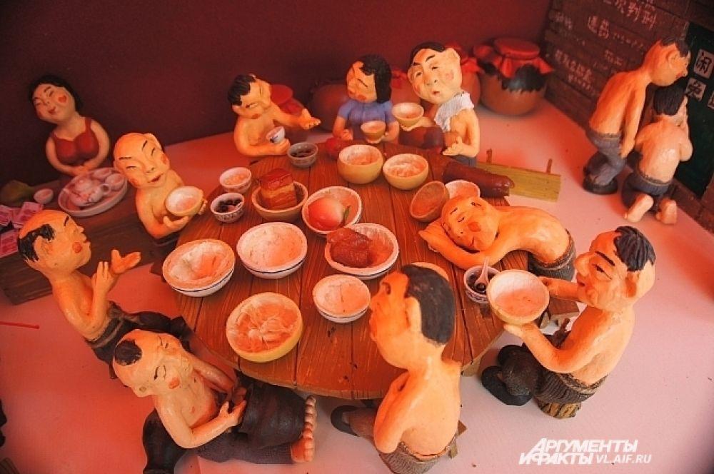 Едят в Китае много, даже куклы.