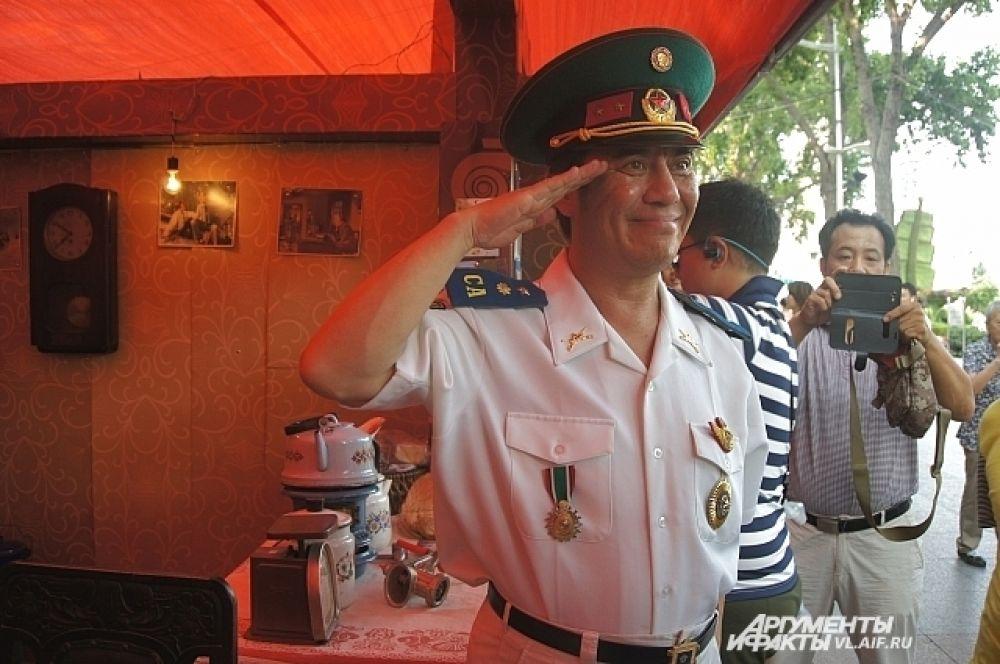 Военные, охранявшие выставку, казались частью экспозиций.
