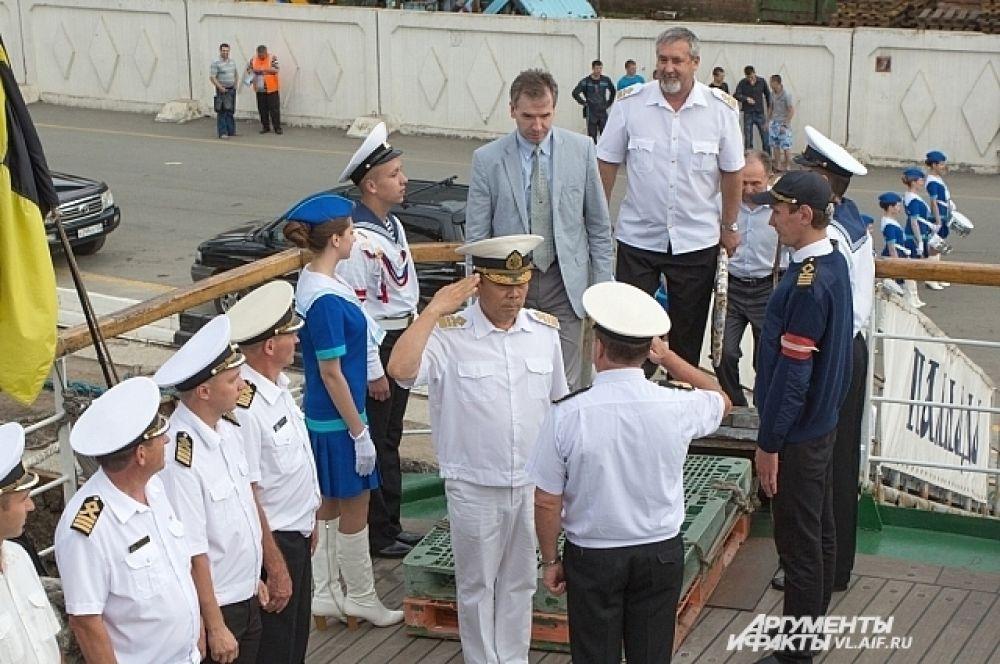 Ректор ДальРыбвтуза принимает рапорт от капитана парусника «Паллада».