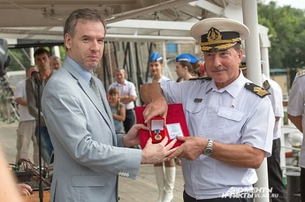 Правительственную награду – «медаль Ветеран рыбного хозяйства России» капитану «Паллады» Николаю Зорченко вручает депутат ЗакСобрания Александр Передня.