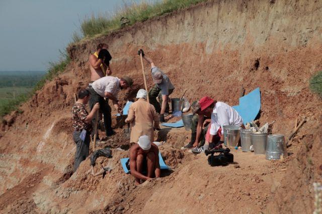 Экспедиционный отряд Кемеровского областного краеведческого музея с 30 мая ведёт раскопки в окрестностях села Шестаково.