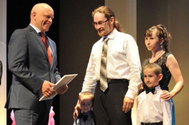 Виктор Назаров вручил омским семьям награды.