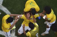 Празднование гола Давида Луиза в ворота сборной Чили.