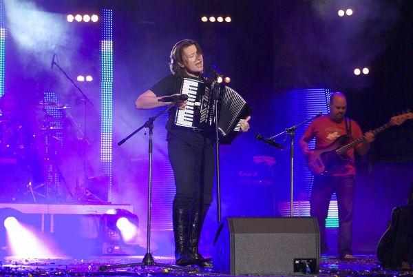 В 2000 году «Ночные Снайперы» выезжают с гастролями в США и Германию, записывают электрический альбом «Рубеж». После попадания песни «31-я весна» в эфир «Нашего Радио» «Ночные снайперы» просыпаются знаменитыми по всей России. В 2002 году выходит альбом «Живой», в 2002 году  - альбом «Цунами». В это время Светлана Сурганова заявляет о своем уходе из группы. Она начинает заниматься сольной карьерой, основав коллектив «Сурганова и Оркестр».