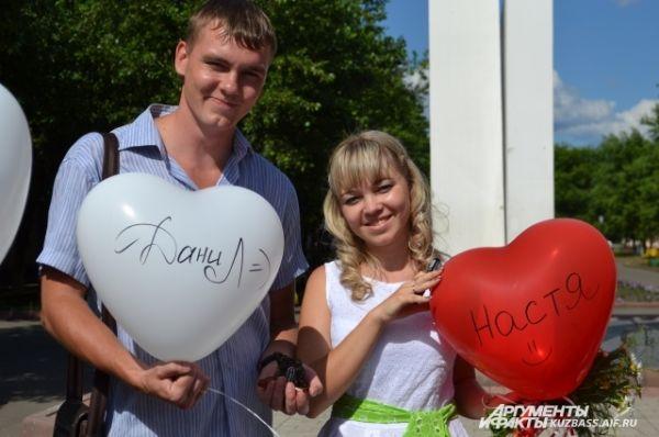 У часовни Памяти погибших шахтёров березовчане совершили ещё один символический ритуал: связали вместе два воздушных шарика и написали на них свои имена.