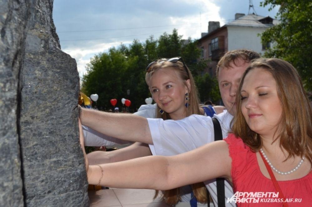 В посёлке шахты «Берёзовская» ситцевые юбиляры приложили ладошки к Шахтёрскому камню, попросив крепости своим семьям.