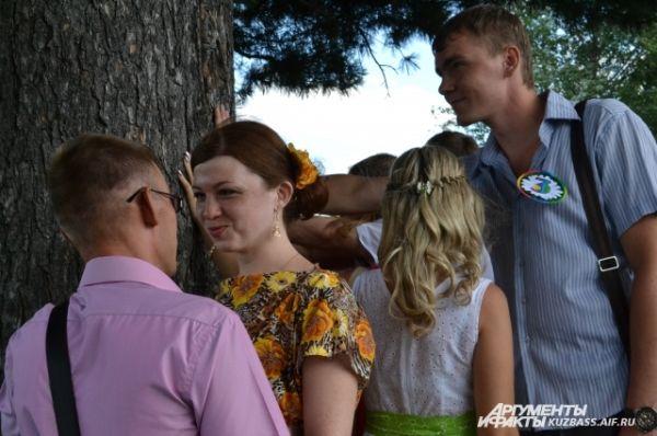 Прикоснувшись к коре векового дерева, пары загадали, чтобы их любовь тоже была вечной.