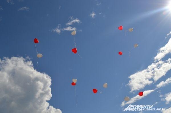 Красные и белые сердца взмыли в голубое небо…