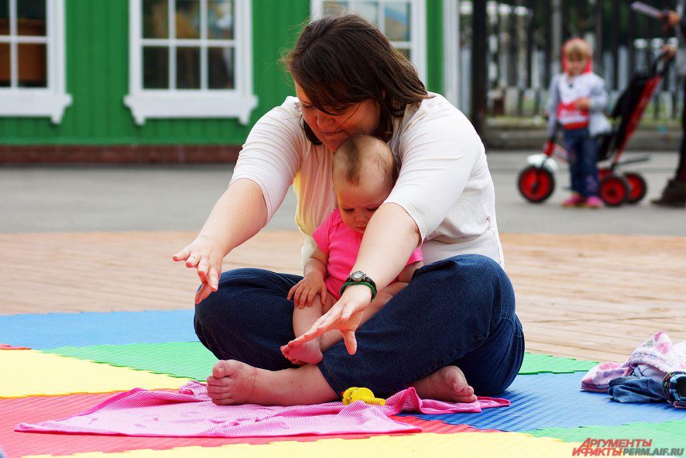 Поучаствовать в бэби-йоге могла любая мама с младенцем.