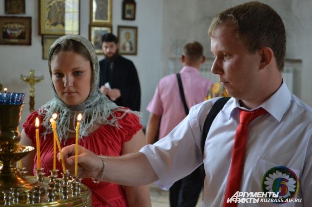 У иконы святых Петра и Февронии Муромских – покровителей семьи и брака - каждая пара зажгла свечу.