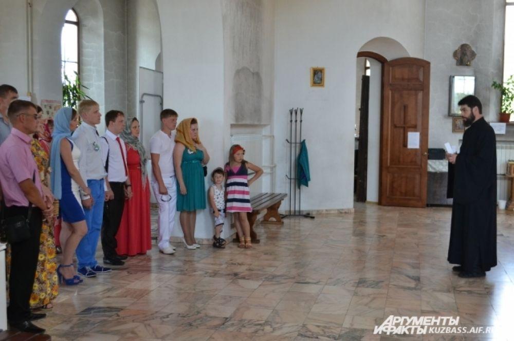 В храме святого праведного Иоанна Кронштадтского березовчан благословил отец Андрей.