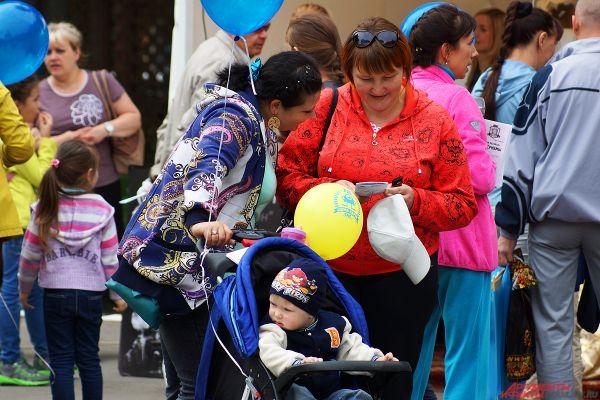 Родители и коляски постепенно заполнили пространство в центре парка.