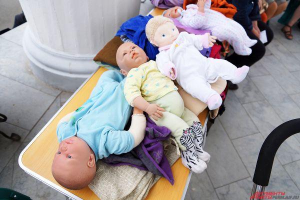 Куклы - основной инструмент для мастер-класса по основам слингоношения.