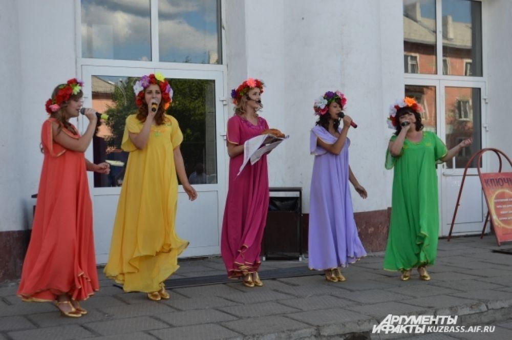 На пороге дворца культуры «Шахтёров» березовчан встречали русскими народными песнями и караваем.