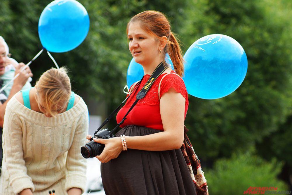 Всем мамам раздавали голубые шарики.