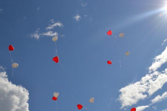 Воздушные шары в виде сердец - символы праздника.