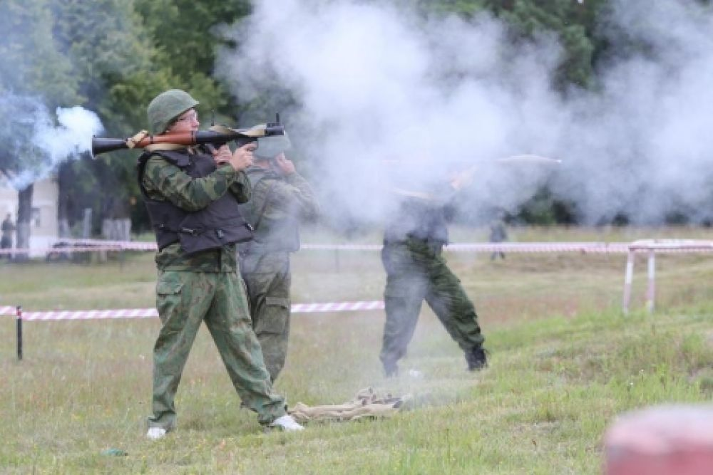 Министру развития инфраструктуры области Александру Рольбинову доверили гранатомёт.