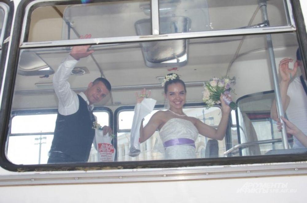 Фотосессия в автобусе была предложена всем молодоженам