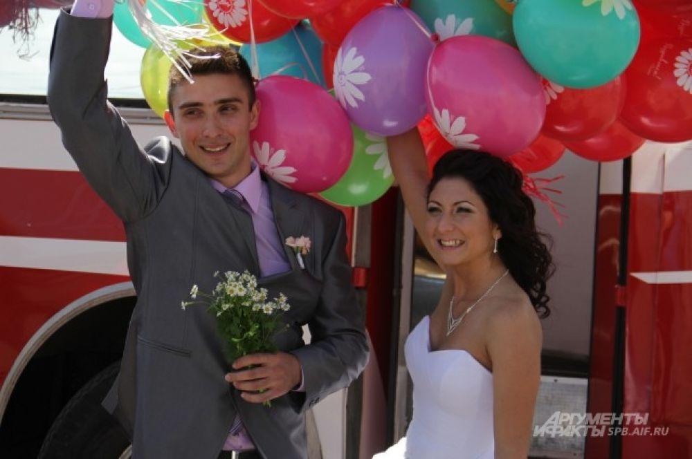 Молодожены с разноцветными шарами отправились на банкет, посвященный своей свадьбе