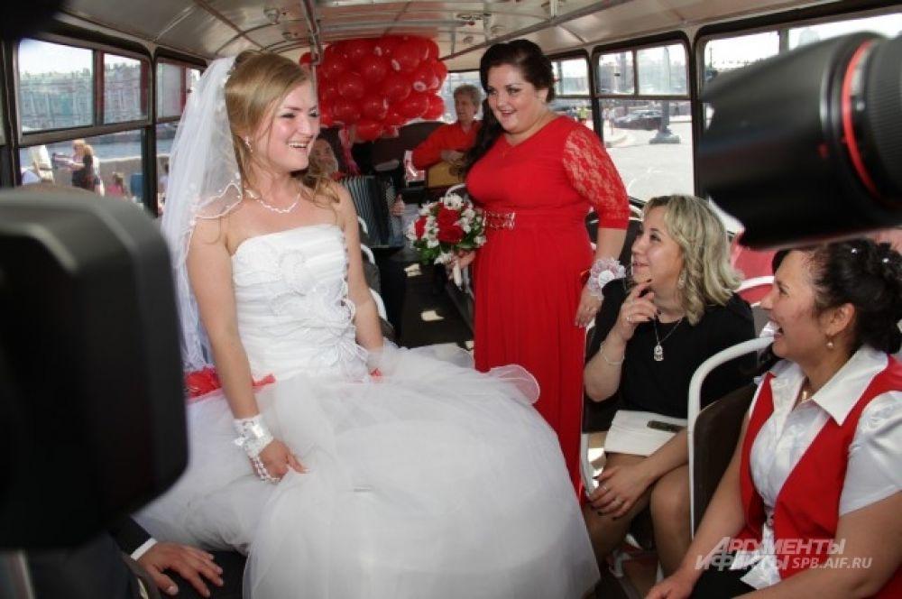 Гости свадьбы поздравляли молодоженом в ретро-автобусе