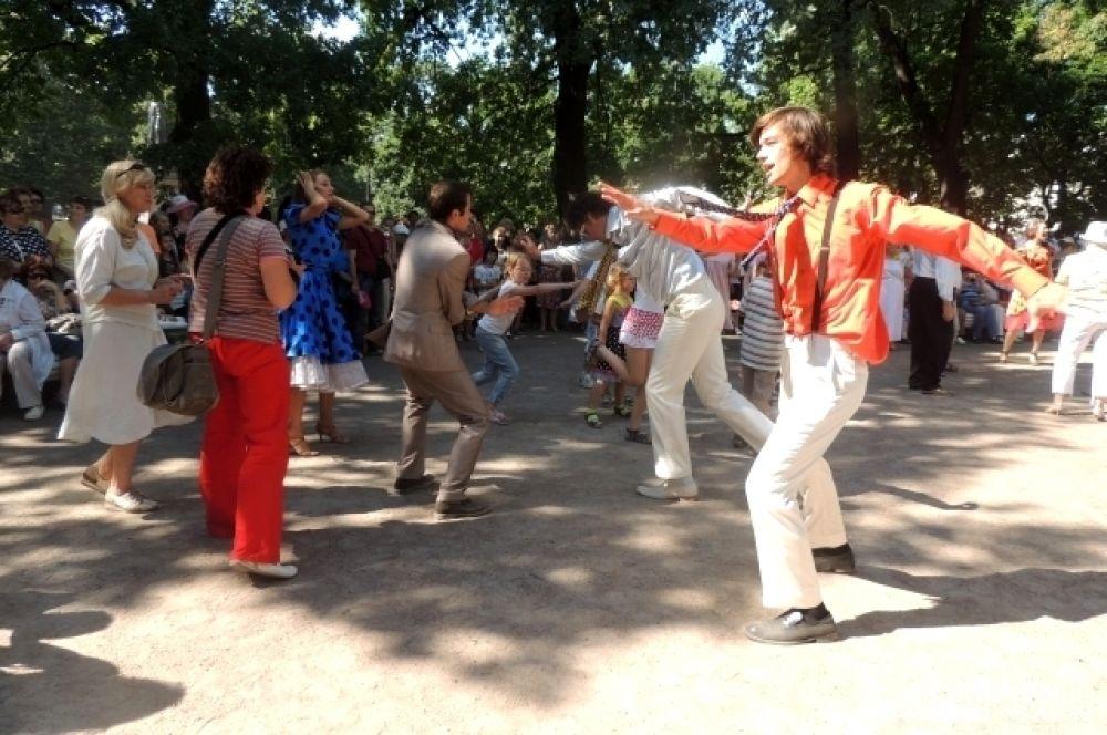 Люди веселились под музыку 60-х.