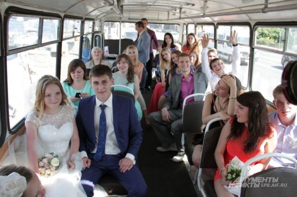 Одна из свадеб в полном составе побывала в Ретро-автобусе любви