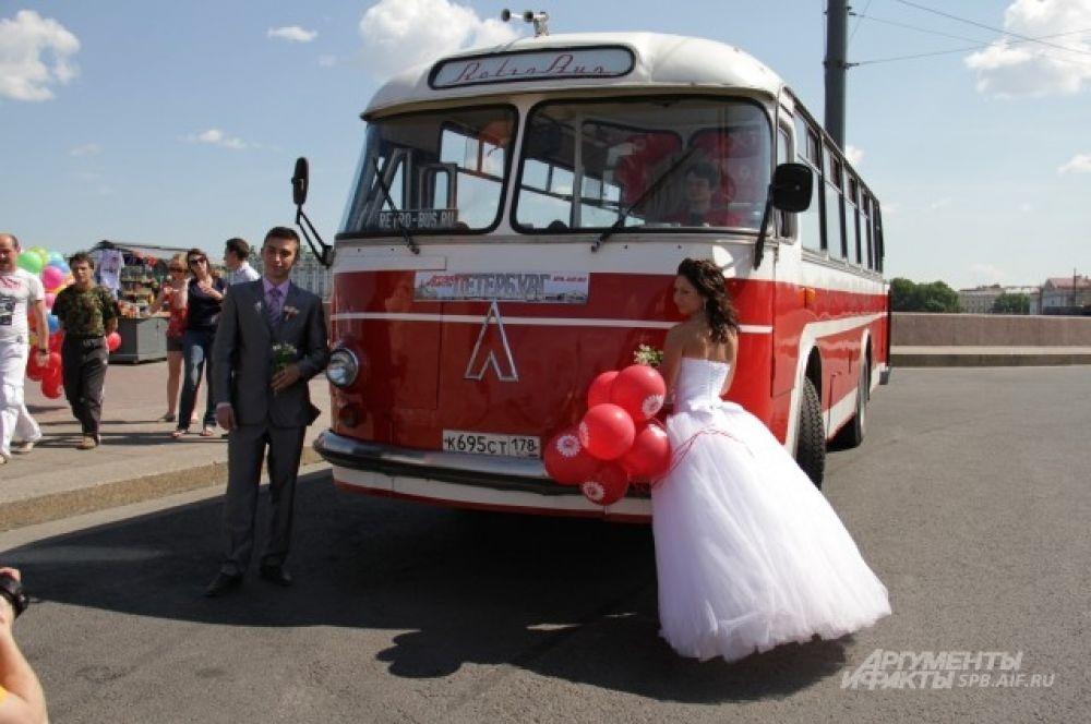 Ретро-автобус любви припарковался на стрелке Васильевского острова