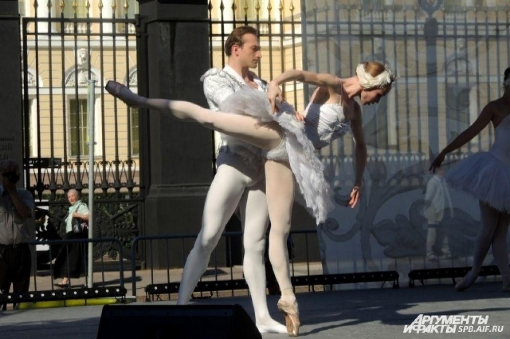 Для жителей города выступили артисты балета.